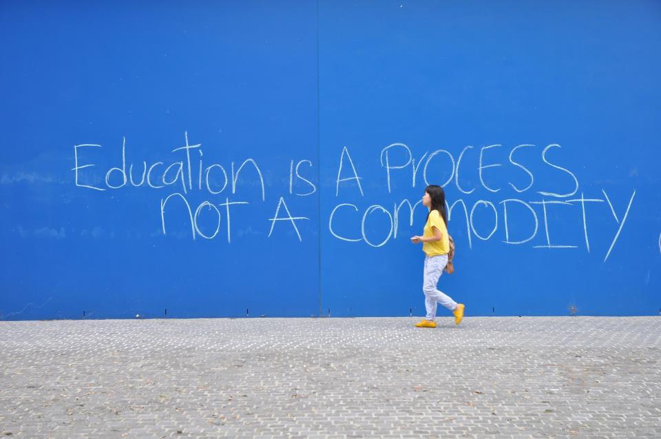 """""""Kıbrıs'ın kuzeyinde kamusal eğitimin ayağına bağlanan taşlar"""" Burak Maviş"""