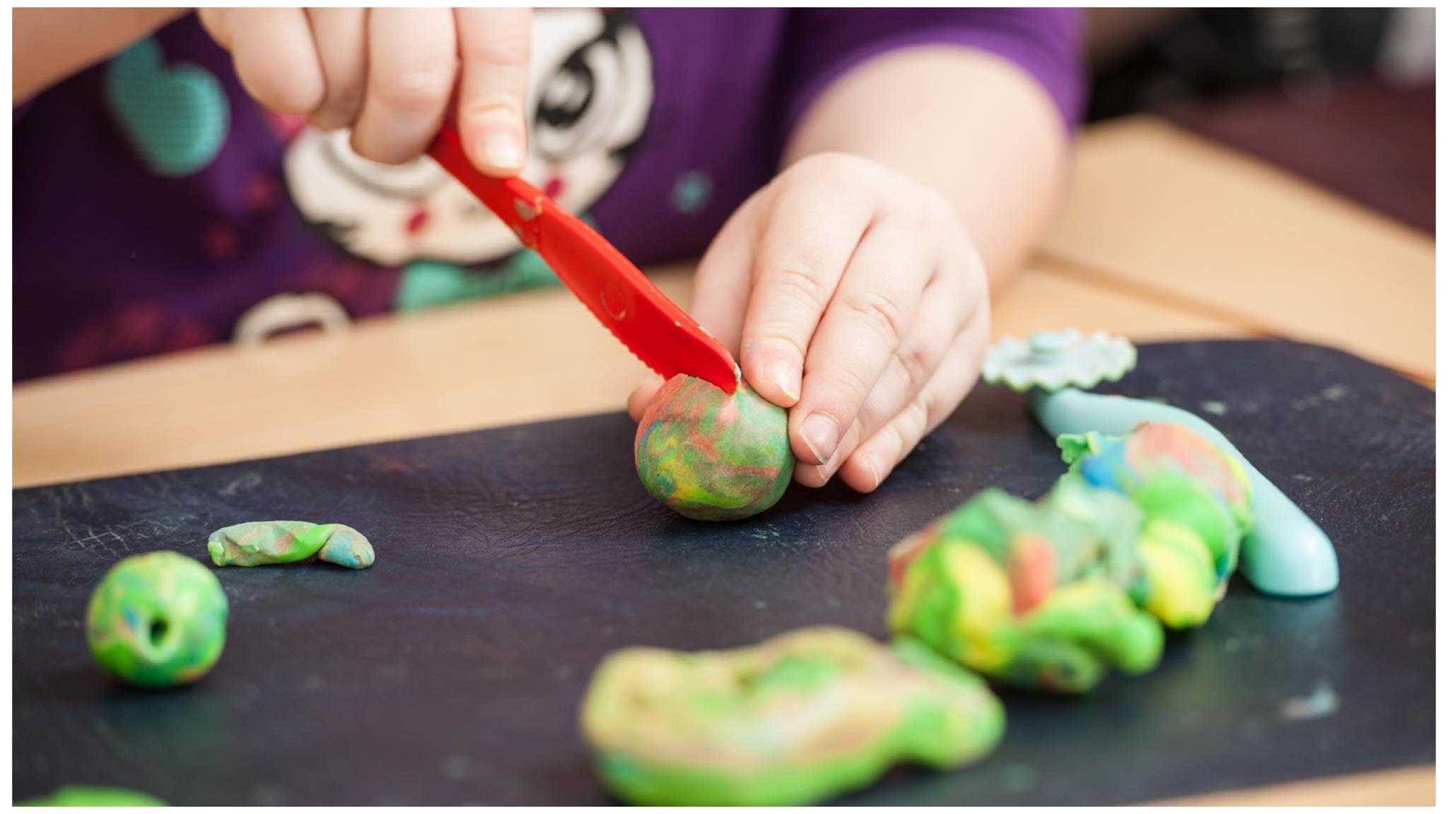 Okul öncesi öğretmenleri için yaratıcılığı destekleyen oyun-sanat etkinlikleri
